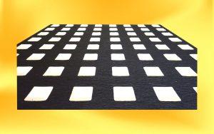 Černý varovný pás s bílými výstupky